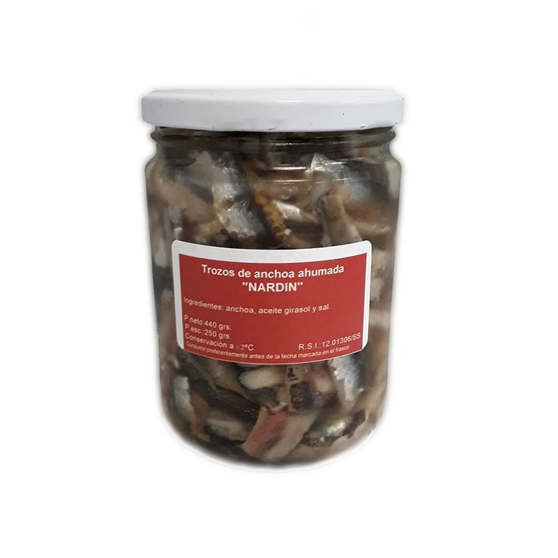 Trozos de anchoa del Cantábrico ahumada en maderas nobles