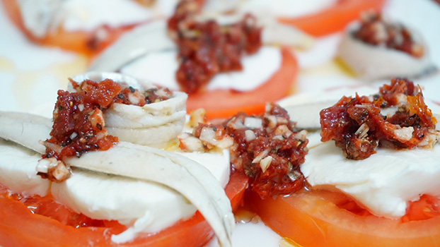 boquerones en vinagre con tomate y mozzarella