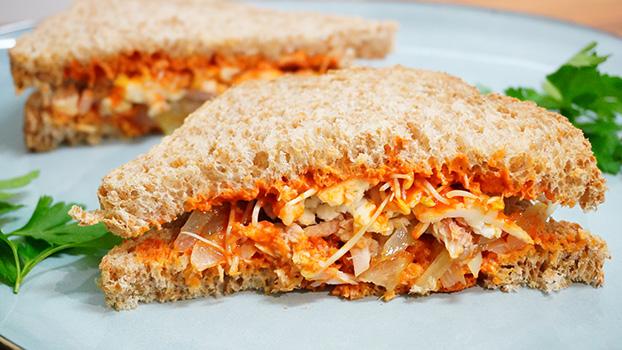Sandwich de bonito en conserva y salsa de pimientos