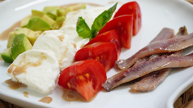 ensalada de anchoas ahumadas con tomate y mozzarella