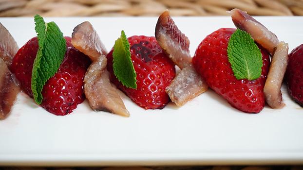 ensalada de anchoas ahumadas con fresas