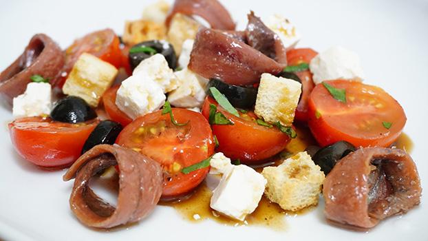 ensalada de tomate con anchoas en lata