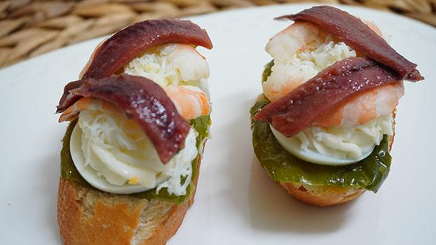 aperitivo de anchoas en conserva con huevo duro y gamba