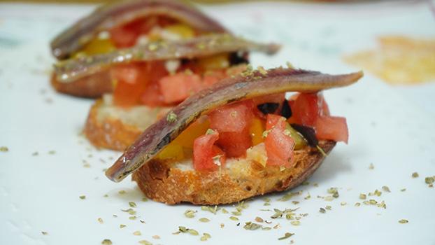 Tosta de anchoa ahumada con tomate, oregano y pimiento