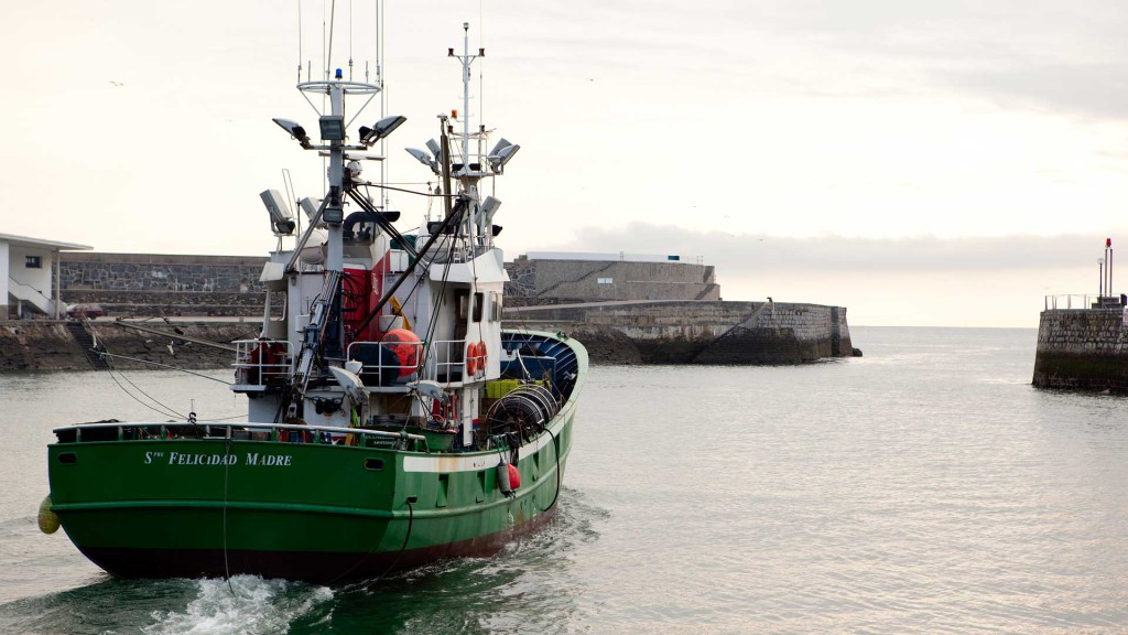 Barco zarpando del puerto de Guetaria, país vasco