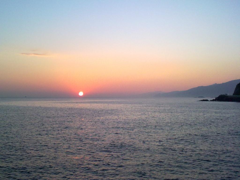 Vista del horizonte desde el puerto de guetaria, pais vasco