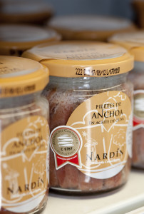 filetes de anchoa en aceite de oliva de conservas nardín, anchoa del cantábrico