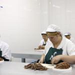 limpiando a mano los filetes de anchoa de conservas nardín, elaboración artesanal