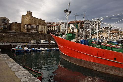 Barco de pesca en el puerto de Getaria