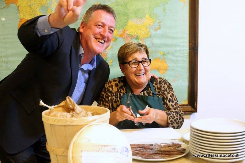 Sebastian Aranguren de Conservas Nardín con una filetera en una degustación en Italia