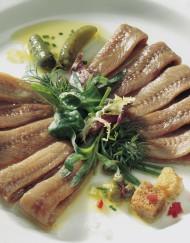 Preparación filetes de anchoa en aceite de oliva conservas nardín, anchoa del cantábrico