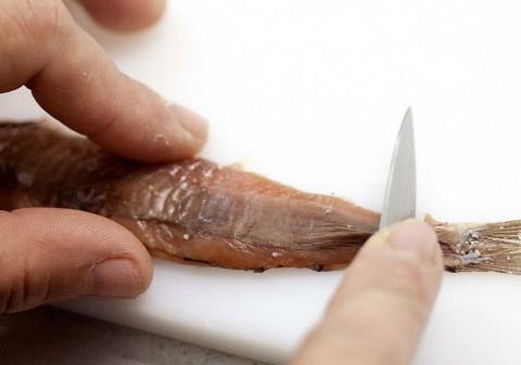 Elaboración artesanal, limpiar una anchoa Nardín