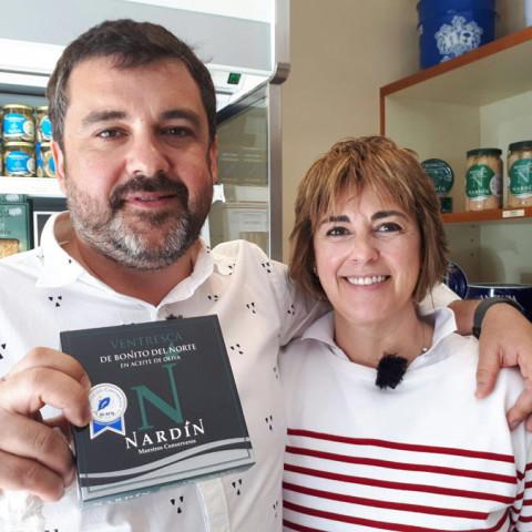 Mila Oliveri y Ander González en la grabación del programa de TV historias a bocados de ETB2
