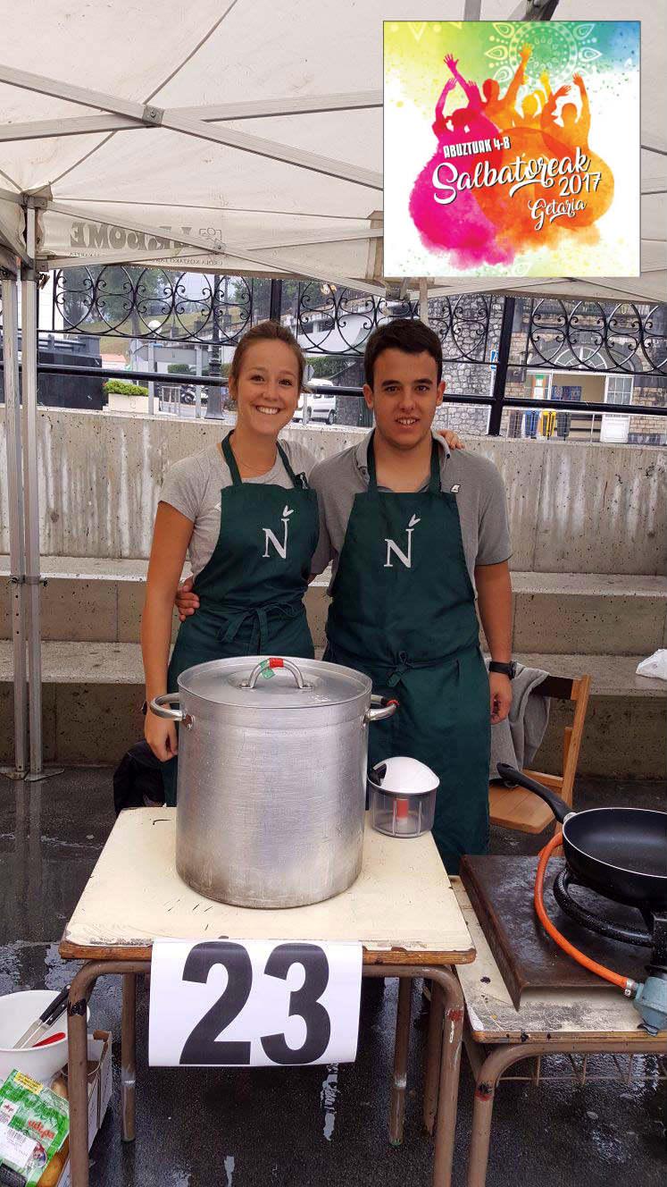 conservas nardín en las fiestas de san salvador de getaria preparando un marmitako, concurso de marmitako