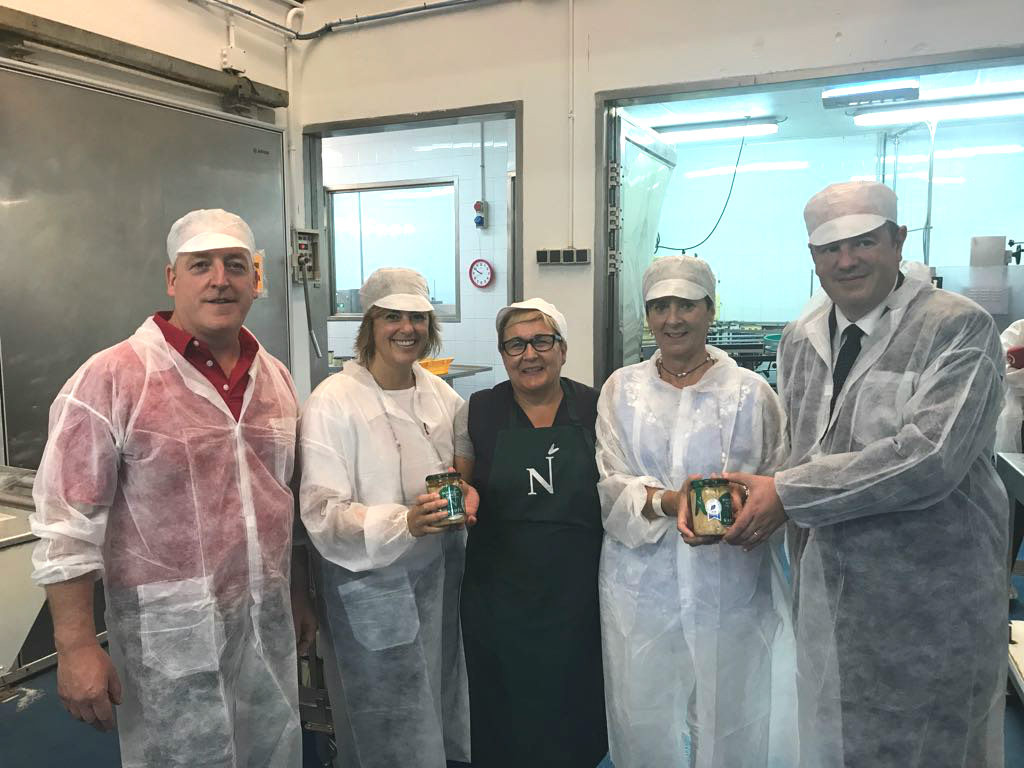 La Consejera, Arantxa Tapia, y el Viceconsejero, Bittor Oroz, han optado por Conservas Nardín en la visita que han ofrecido a los medios de comunicación para conocer la cadena de valor del Bonito del Norte con label de calidad, Eusko Label.